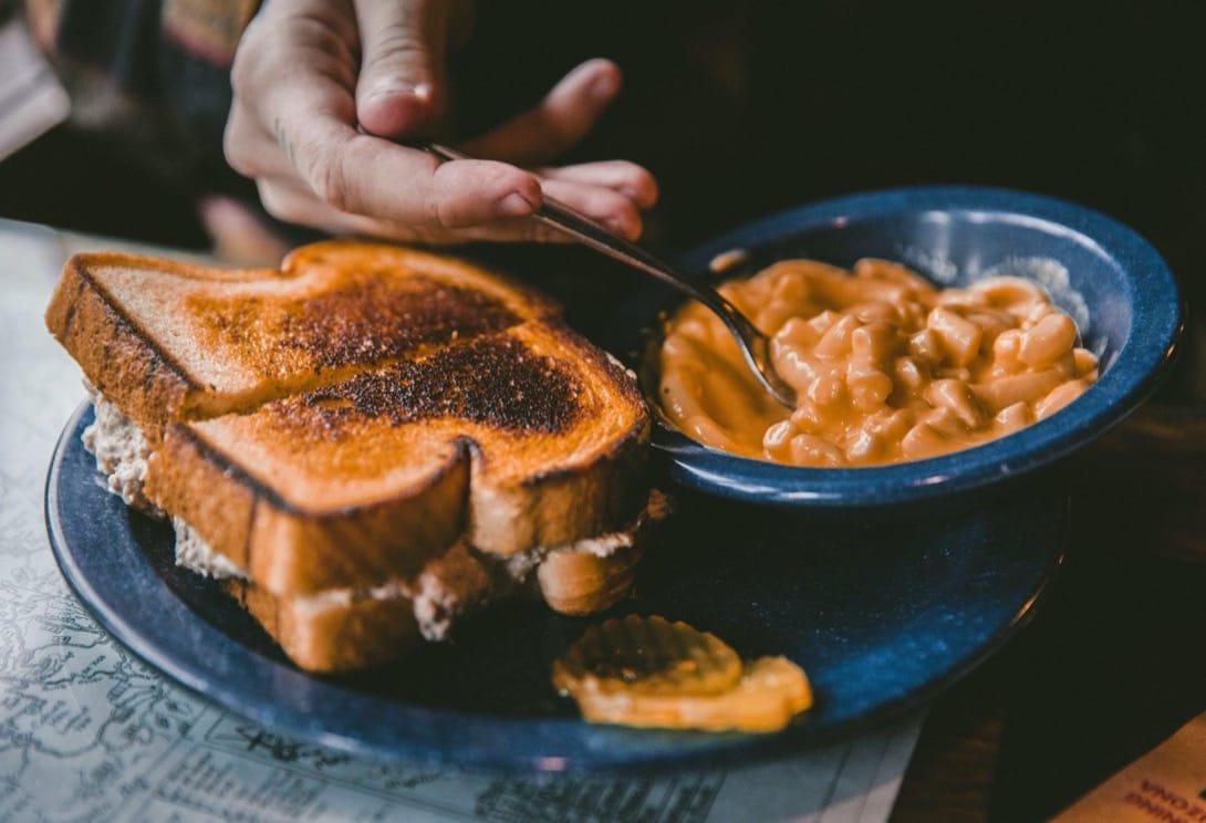 Czy małe i niebieskie talerze rzeczywiście sprawiają, że jemy mniej?