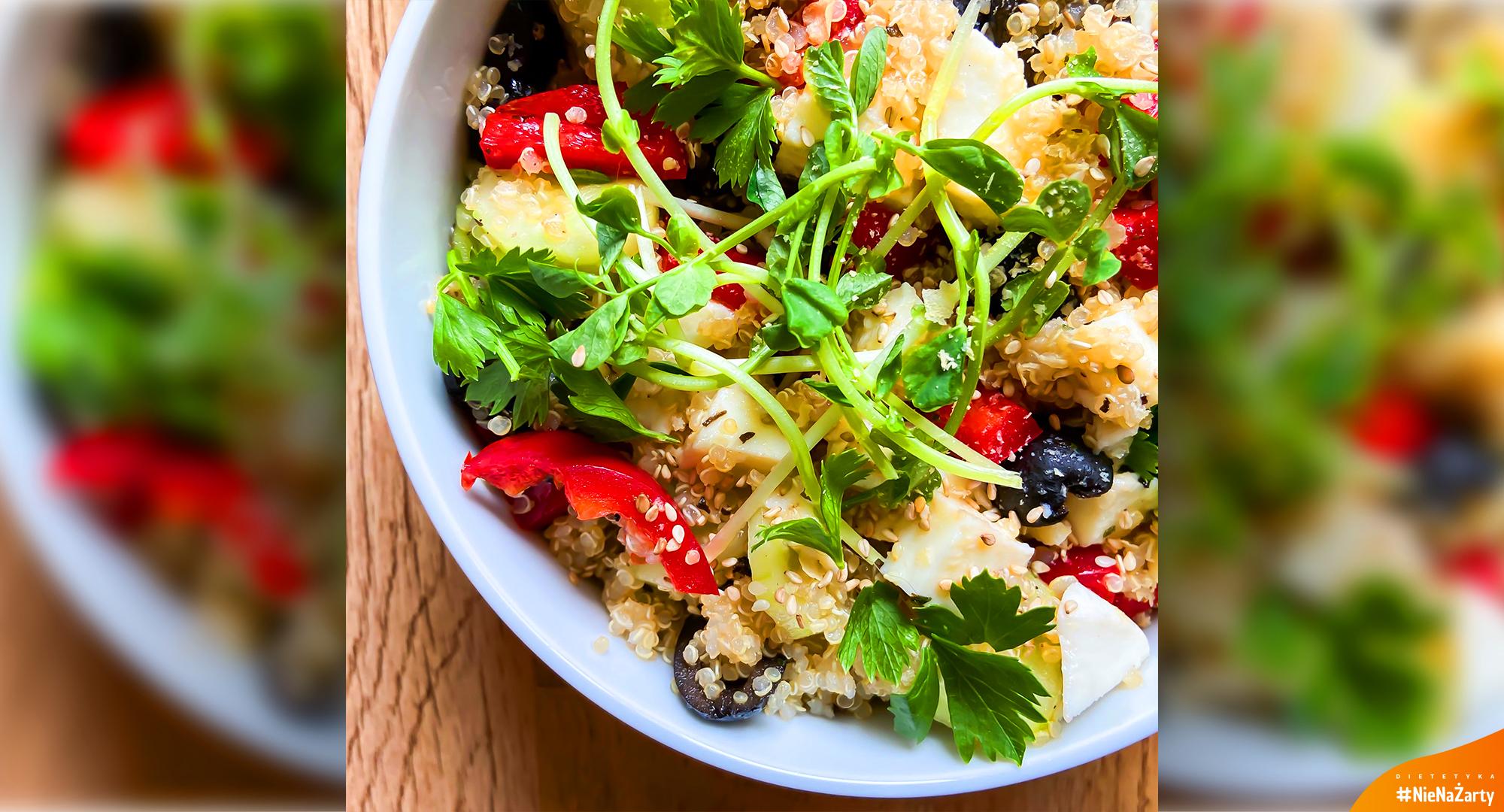 Sałatka z komosą, mozzarellą i warzywami
