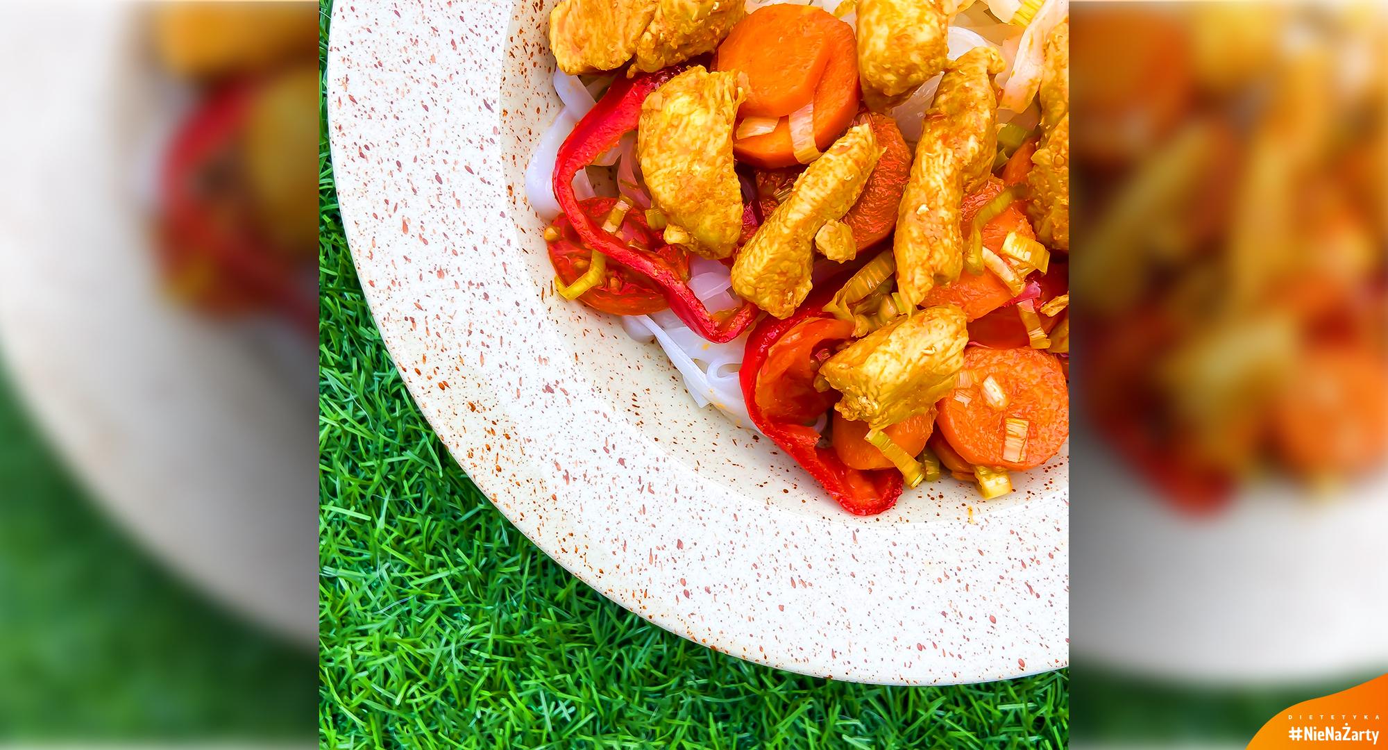 Makaron ryżowy z kurczakiem curry
